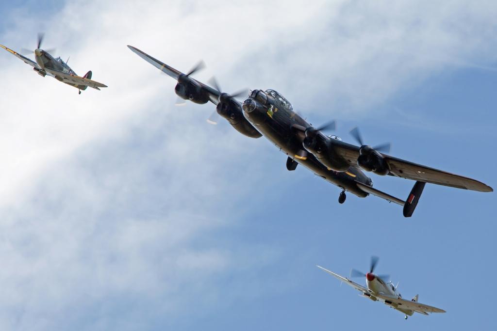 Avro Lancaster und Spitfires